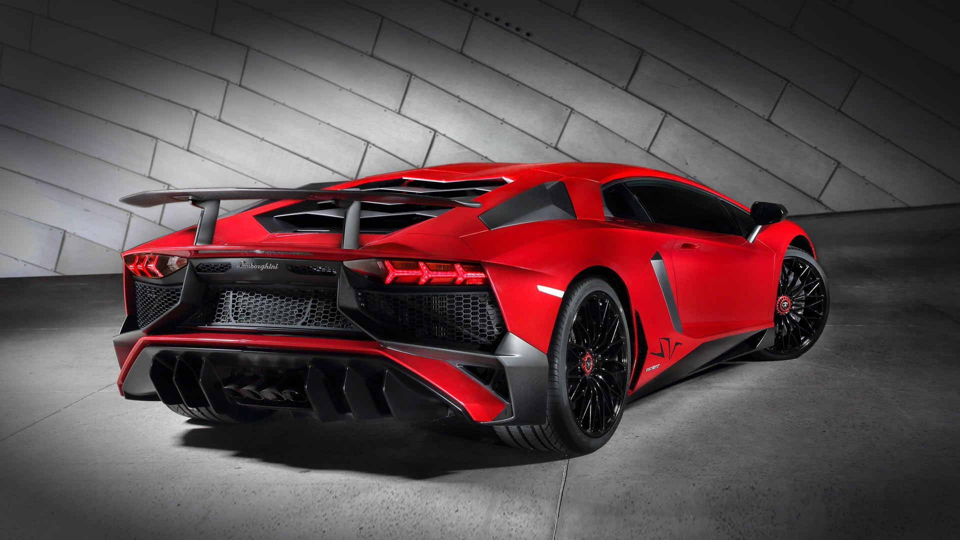 The Superveloce was developed as the Lamborghini with the sportiest DNA, thanks to an enhanced V12 aspirated engine, engineering solutions geared to the most extreme lightness and an array of innovative technologies such as magneto-rheological pushrod suspension and Lamborghini Dynamic Steering.