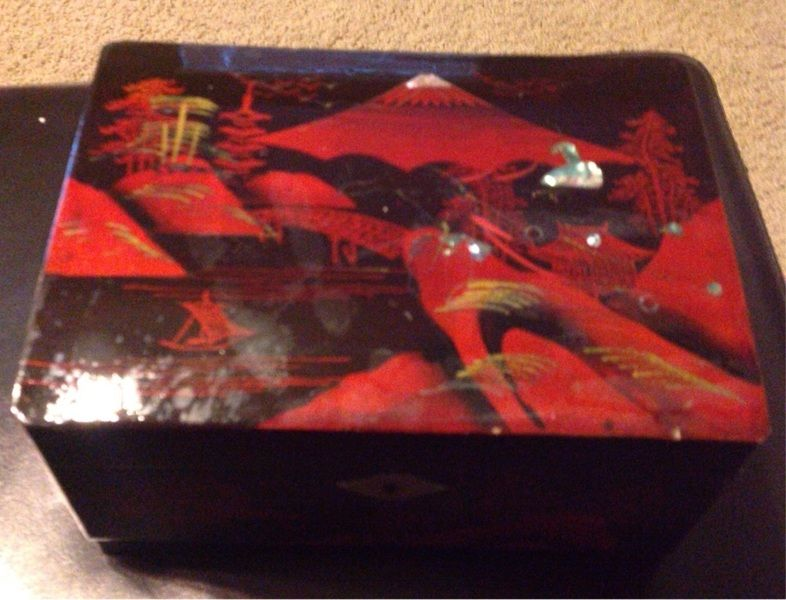 Beautiful Old Oriental Painted Inlaid Lacquer Box