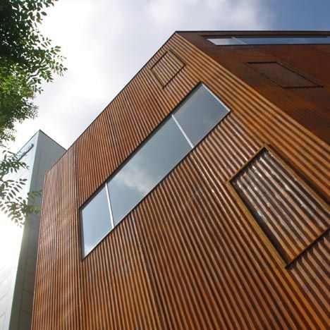 Four Storey High Panels Of Corrugated Corten Steel Cover The Gevel Huis Exterieur