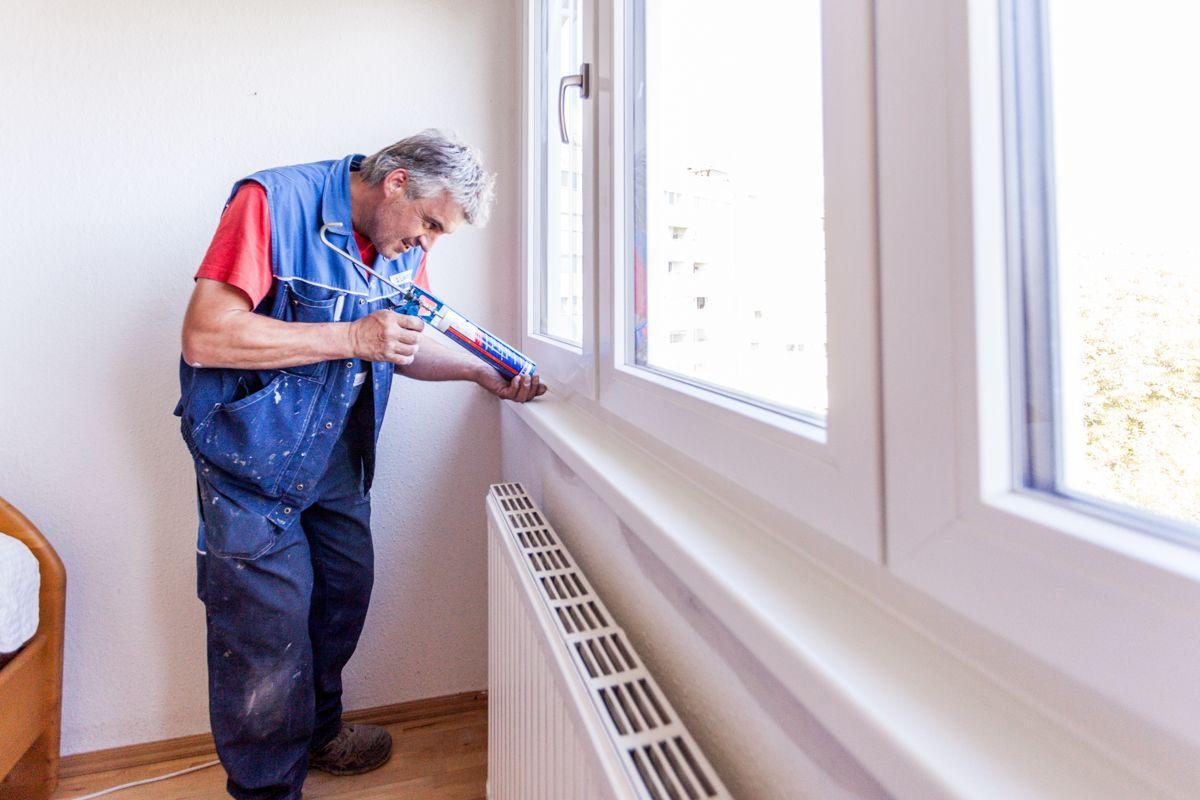 Letzte Feinarbeit - Silikonieren der Innenfensterbank nach erfoglter Fenstermontage.
