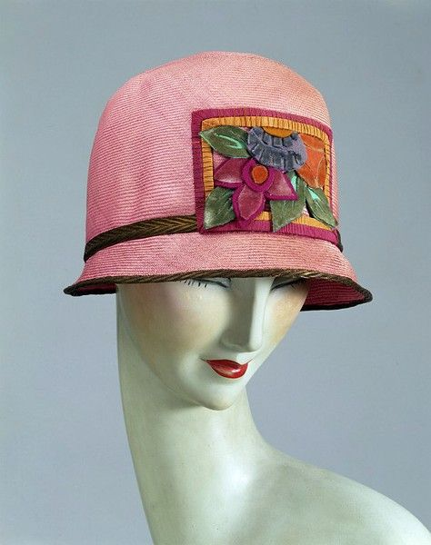 1925 hat, Kilpin, London, made of plaited straw, ribbon edged panel with appliqued felt and velvet flowers. V&A Museum
