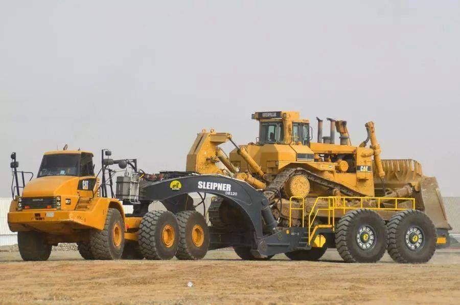 Caterpillat 740 hauling 850hp caterpillar d11r off highway