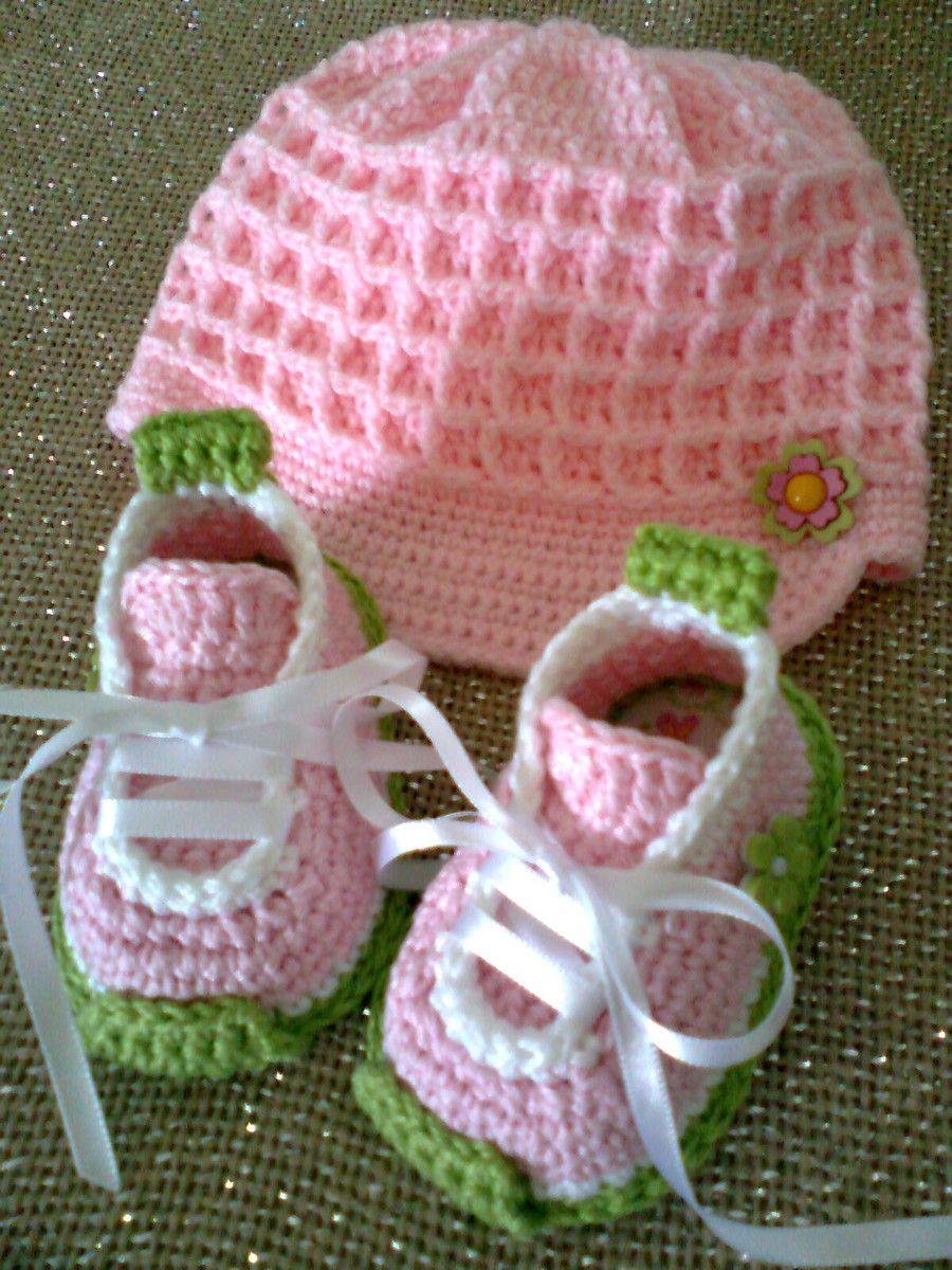 45bd477b943dd Conjunto tênis e boné feitos à mão em crochê com linha e lã
