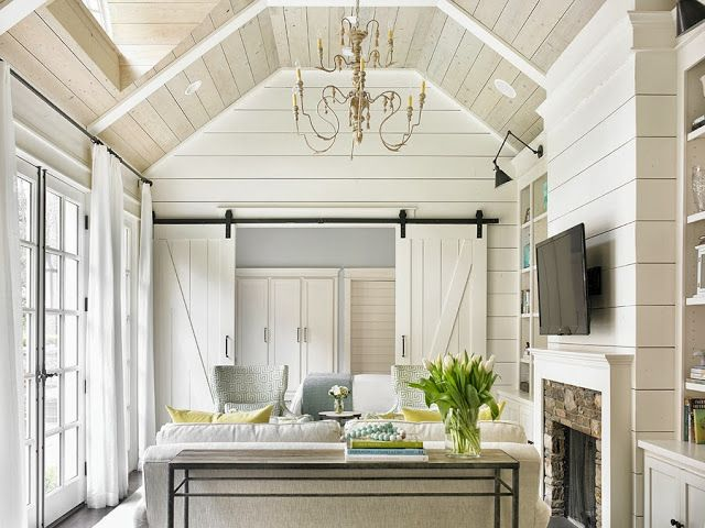 Being a guest is always great... But being a guest in this amazing house would be a treat to remember. From simple stems to a gorgeous view, this chic side space is nothing short of a retreat.