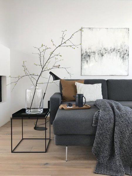 Wohnen im Winter: Die schönsten Wohn- und Dekoideen aus dem Januar | SoLebIch.de Foto: Hexe #solebich #wohnzimmer #ideen #skandinavisch #Möbel #Einrichten #modernes #wandgestaltung #farben #holz #dekoration #Wohnideen #Einrichtung #interior #interiorideas #livingroom #sofa #grau #beistelltisch