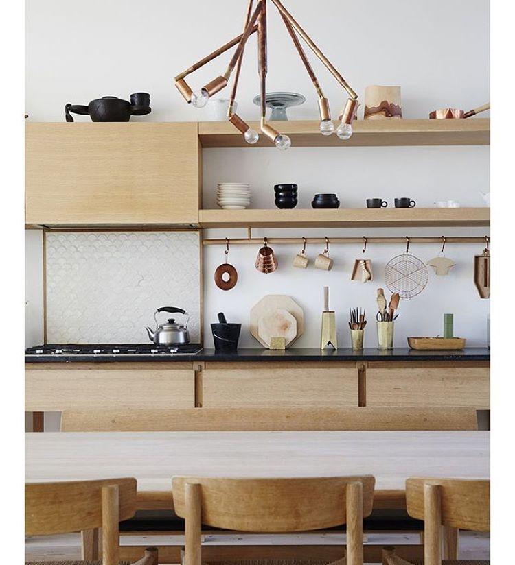 """""""A madeira é um elemento que dá a sensação de acolhimento e aquece o ambiente.  E o lustre de cobre dá um toque de elegância e simplicidade a esta cozinha,…"""""""