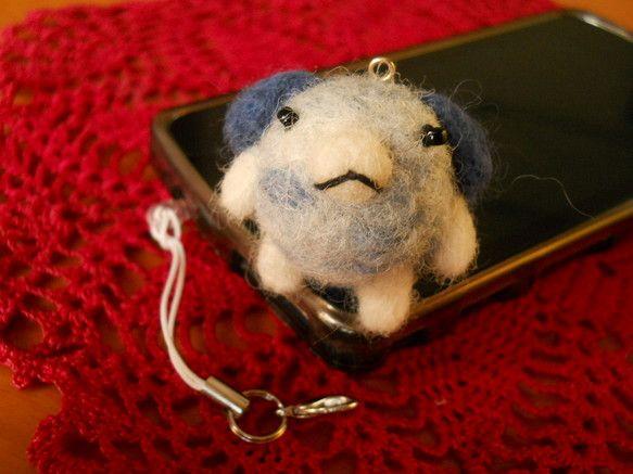 サイズ 青色いぬ 横:5cm 高さ:3.5cm    柳猫作スマホに簡単に取り付けられる羊毛フェルトの水色いぬです。イヤホンジャックの差し込みを外していただく...|ハンドメイド、手作り、手仕事品の通販・販売・購入ならCreema。