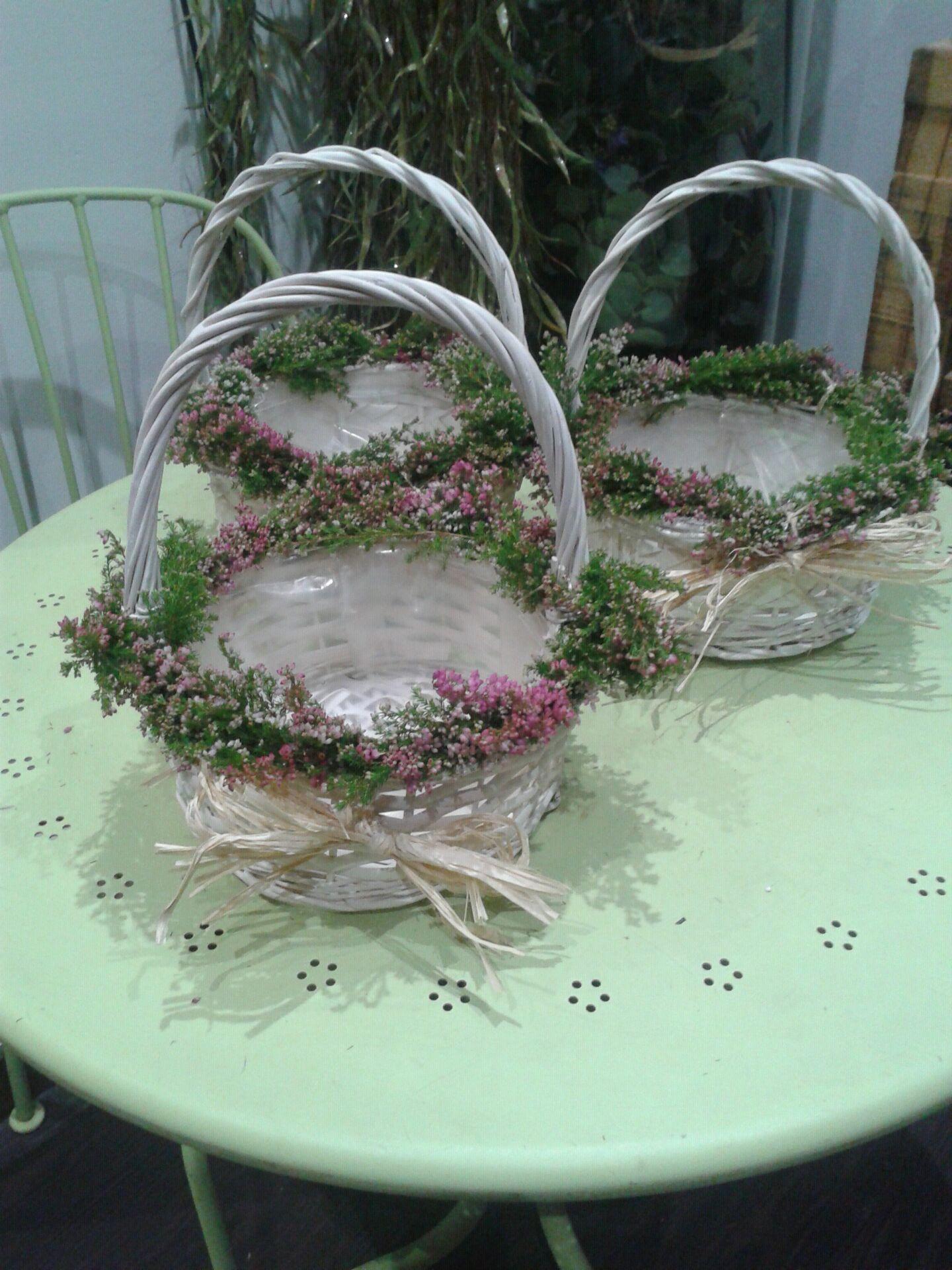 Cestas blancas de mimbre decoradas con calluna rosa y - Adornar cestas de mimbre ...