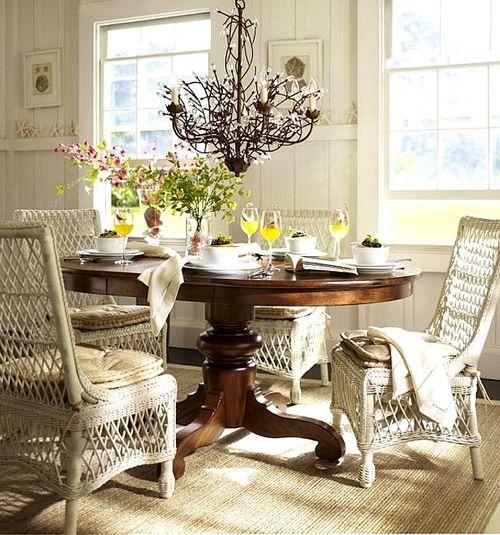 mesa madera oscura con sillas de mimbre claras