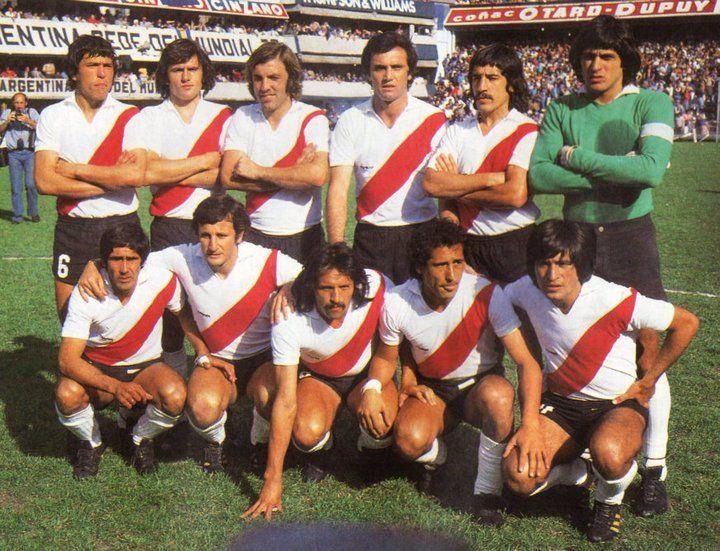 1977 River Plate - Arriba: Passarella, Urquiza, Merlo, Perfumo, Lopez y Fillol, Abajo: Pedro Gonzalez, Marchetti, Leopoldo Luque, J.J.Lopez y Oscar Ortiz.