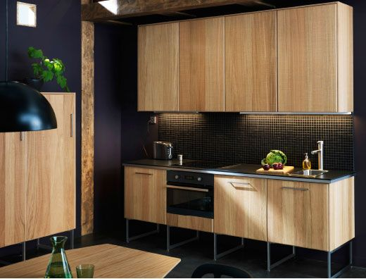 cozinha com linhas modernas e frentes hyttan e uma bancada de trabalho escura kitchen. Black Bedroom Furniture Sets. Home Design Ideas