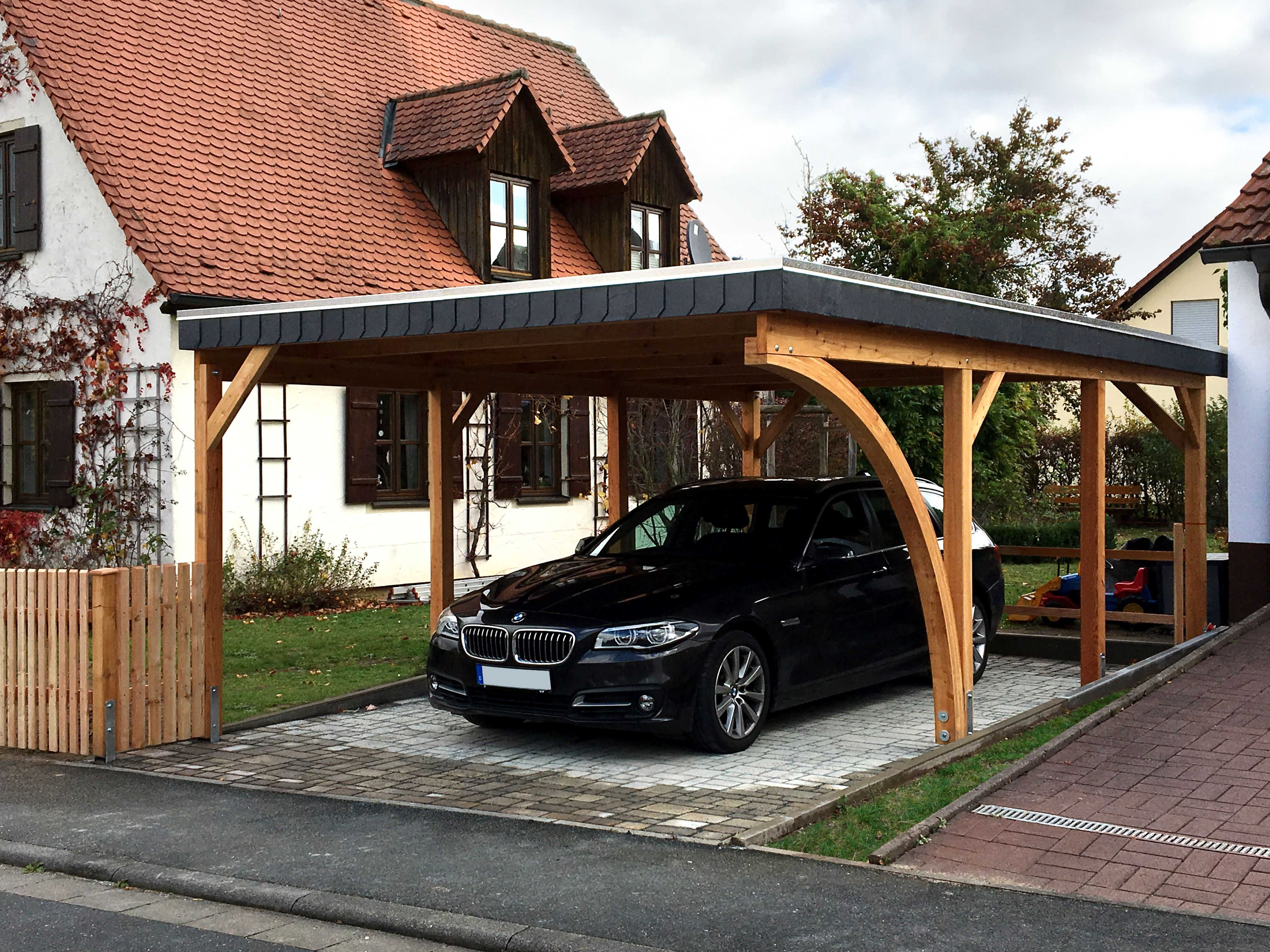 Carport In Larche 410x600 Cm Mit Einreighiger Schindelblende Echtschiefer Abdeckleiste Und Einem Leimhol Carport Designs Barn House Plans Metal Building Homes