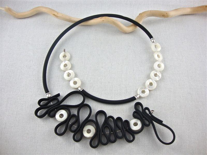 Halsreif ohne Verschluss schwarz Diese Kreation besteht aus PVC Band ...