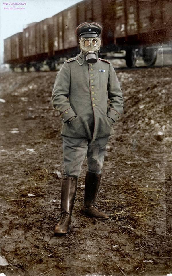 1916. Un officier bavarois porte un Gummimask nouvellement émis. Le Gummimask a été introduit en 1915 et a eu un morceau de visage de tissu caoutchouté et un filtre amovible. Ils ont été développés pour protéger le porteur contre les gaz de chlore et des agents de déchirement. Les masques ne sont pas en mesure de filtrer le phosgène plus mortel. - Première Guerre mondiale Colorisation -Drake Goodman