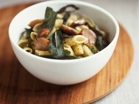 Pasta mit Steinpilzen und Salbei ist ein Rezept mit frischen Zutaten aus der Kategorie Pilze. Probieren Sie dieses und weitere Rezepte von EAT SMARTER!
