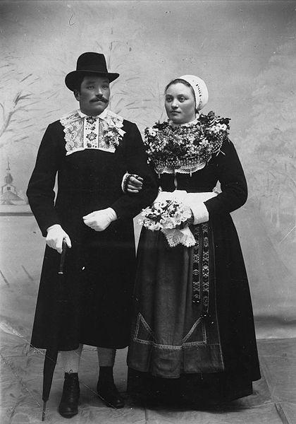 Brudpar. Björs Olle Heden och Anbo Kari, Hästberg. Leksands socken, Dalarna - Nordiska Museet