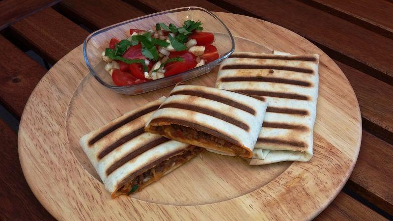 Grilované tortilly plněné masem a zeleninou, krok 6: Podávat můžete se svým oblíbeným salátem. Doporučuji překrojit na půl, aby vyšla horká pára a nespálili jste si pusu.
