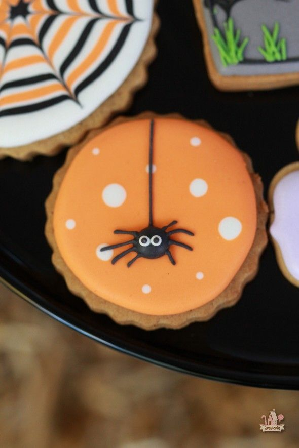 halloween spider decorated cookie links to tutorialrecipes