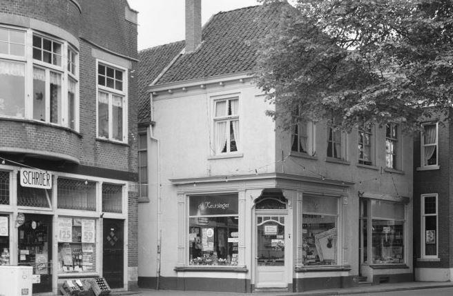 Het begin van de Molenstraat in 1963.  Links de kruidenier Schroer, daarnaast de keurslager. Het pand heeft dan nog een mooie winkelpui uit circa 1900.