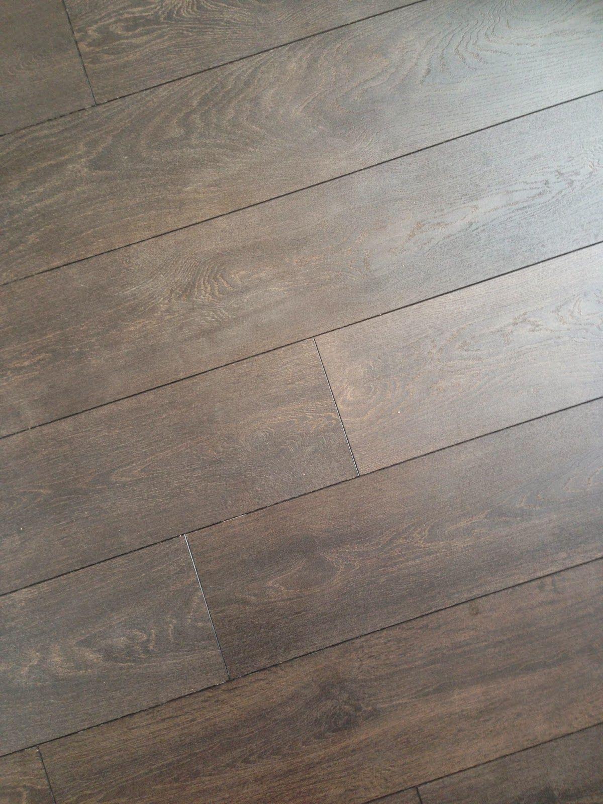 Mörkbrunt golv