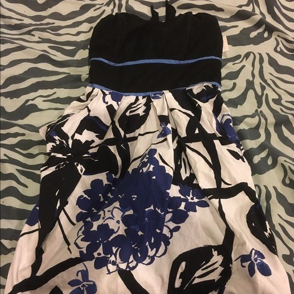 Cute floral dress This is a size 5 floral dress it's very cute and ties in the back. Also has a zipper on the side. Dresses Midi