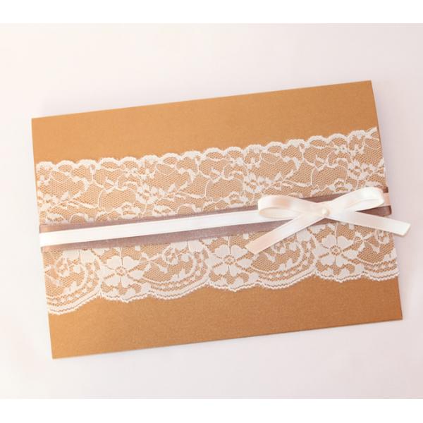 Invitación de boda en color bronce metálico, con encaje beige y lazo de raso marrón y beige con detalle de perla.