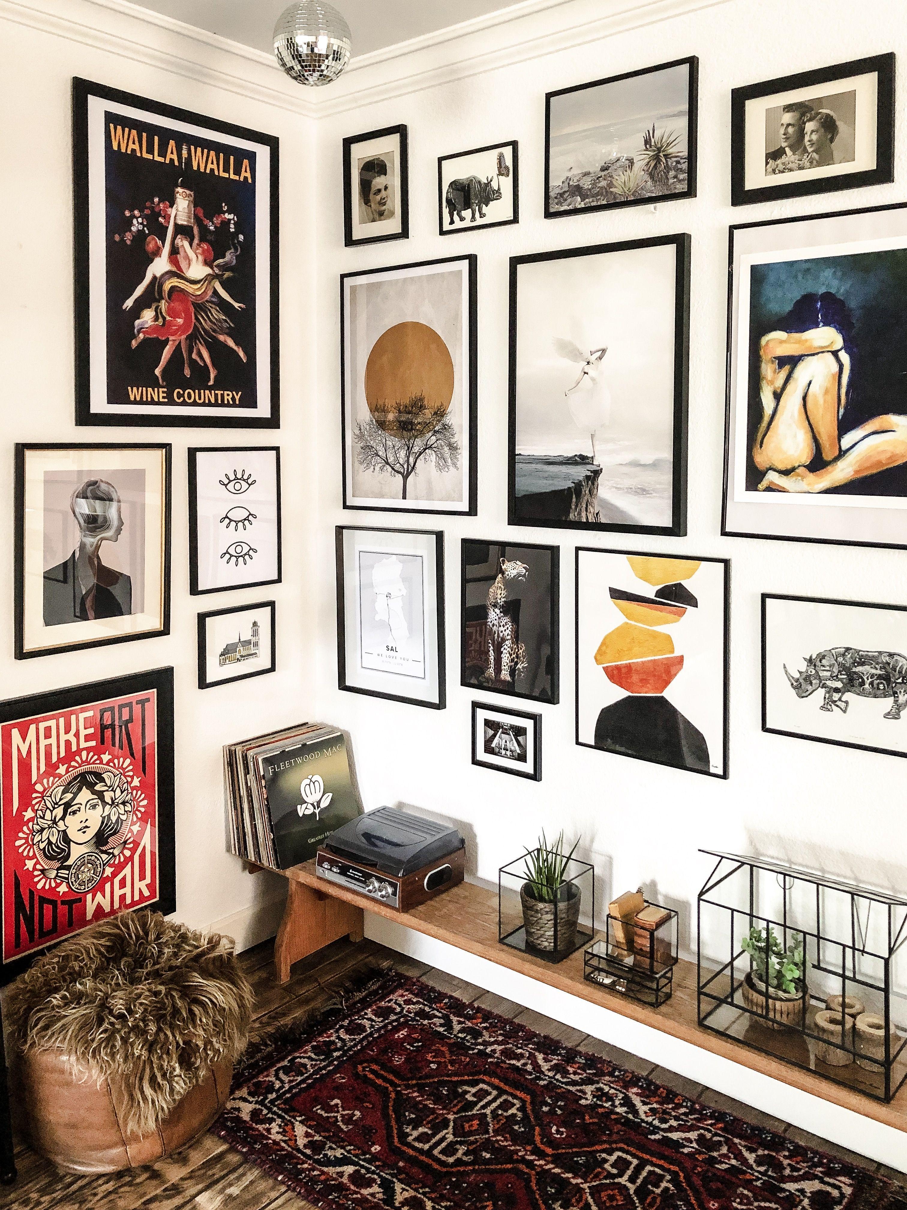 Een Gallery Wall Is Een Goede Manier Om Je Favoriete Kunst Naar Voren Te Laten Komen A Gallery Wall Is A Perfect Art Eclectic Gallery Wall Decor Gallery Wall Living room decor gallery