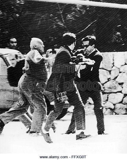 EVGENIA GL ONASSIS-KENNEDY WEDDING. /nNewsmen struggling with security men on Skorpios, Aristotle Onassis' private Greek - Stock Image