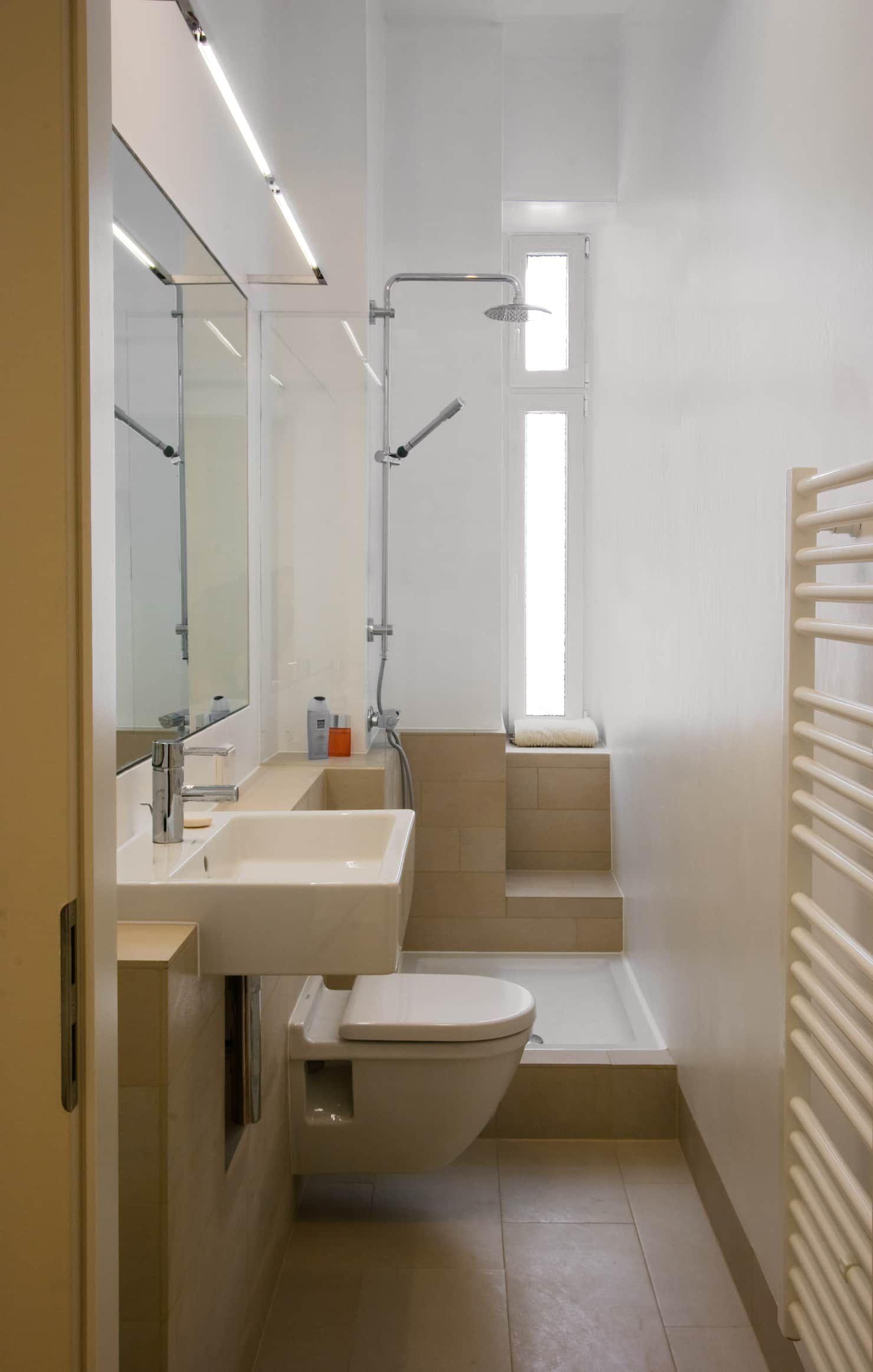 Bad moderne badezimmer von nickel architekten modern   Badezimmer klein, Badezimmer, Schmales ...