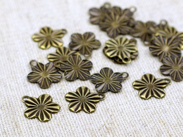 8 Blüten Anhänger in antik Bronze