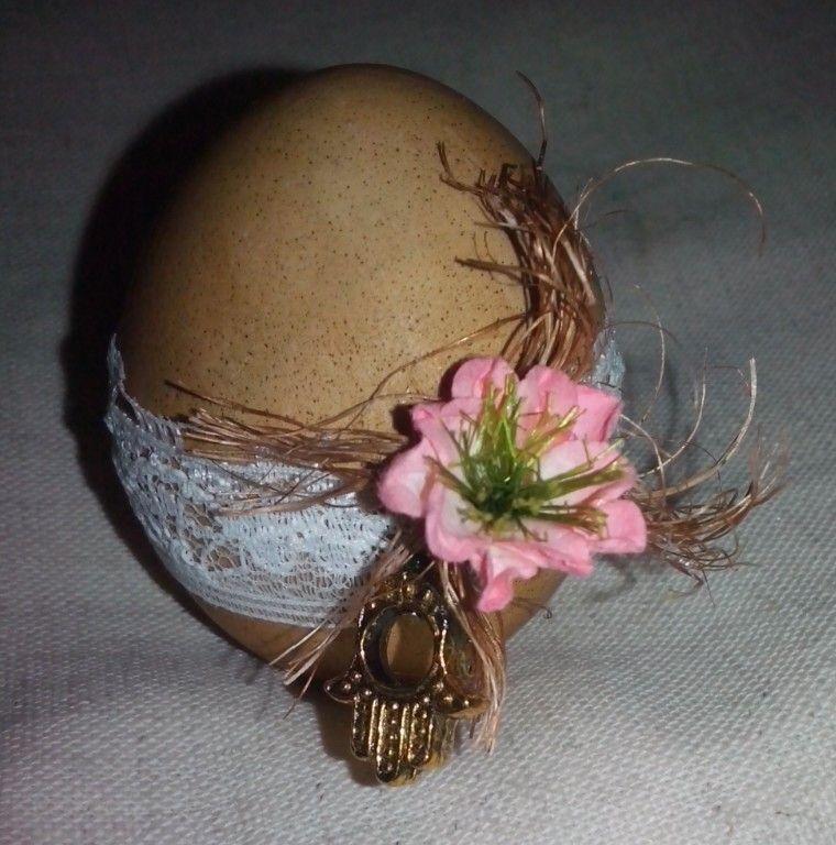 Huevo pintado con.cafe encaje flor ixtle y mano de Fatima