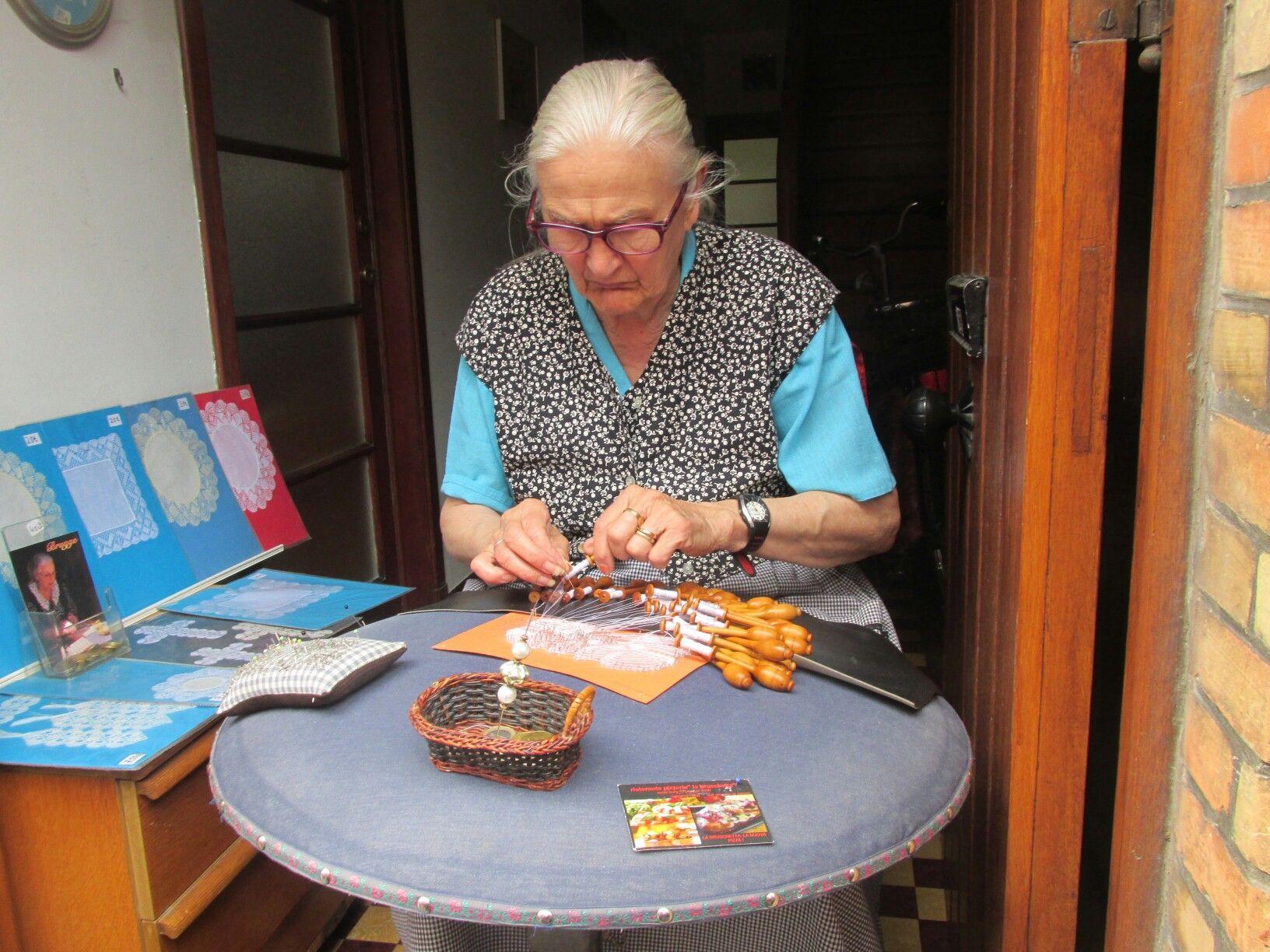 Artesana de encajes en Brujas, Belgica