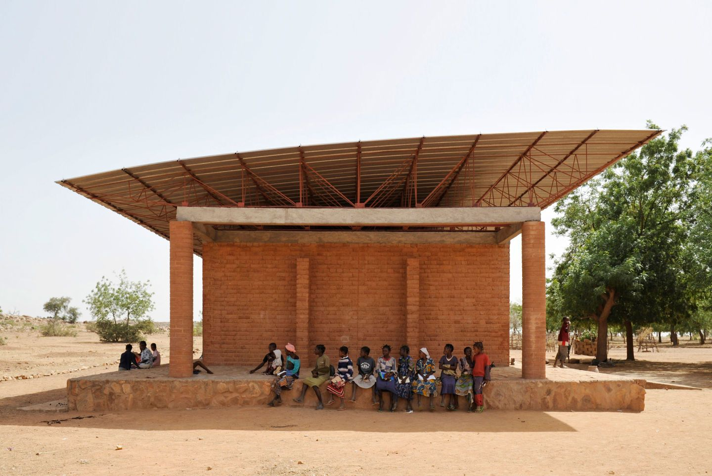 Completed as Francis Kéré's first realized building in 2001, the Gando Primary School marks the beginning of his ambition to shape architecture through a joint community effort.  To ensure a natural and sustainable cooling system in an extremely hot re...
