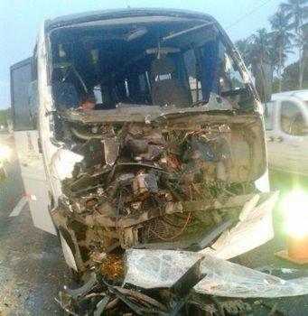 VALENTE/BA:  Micro ônibus da Secretaria de Saúde  colide em fundo de carreta na BR 324