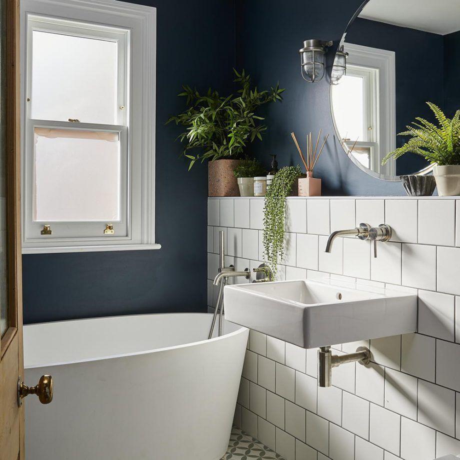 Modernes Badezimmer Mit Quadratischen Weissen Fliesen Und Freistehender Ovaler Badewanne In 2020 Hotel Bathroom Design Modern Small Bathrooms Small Bathroom Decor