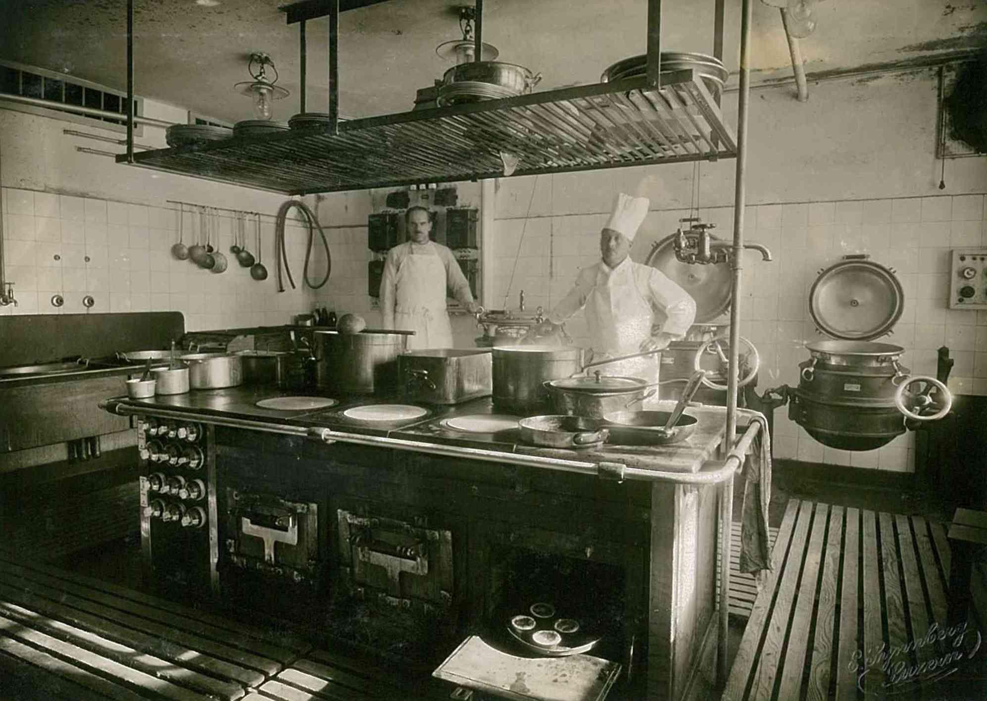 Stolzer Küchenchef mit Salvis Küche um 1920! | 100 Years | Pinterest ...