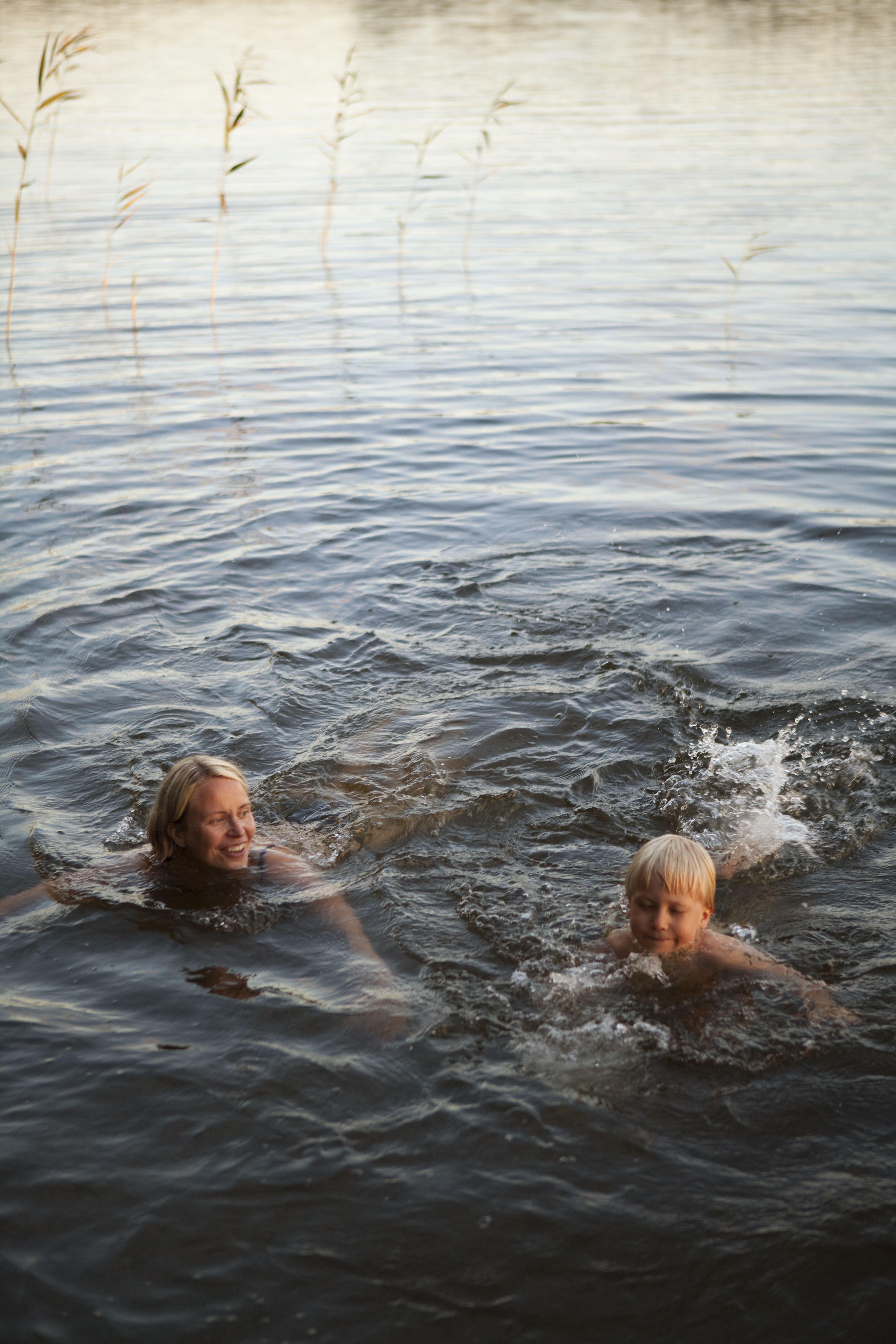 Polskimassa Sumiaisissa    Swimming in the lake at Sumiainen    Kuva/Photo: Maalla / Hanna-Kaisa Hämäläinen  http://www.facebook.com/MatkaMaalle  http://www.keskisuomi.net/  http://www.centralfinland.net/