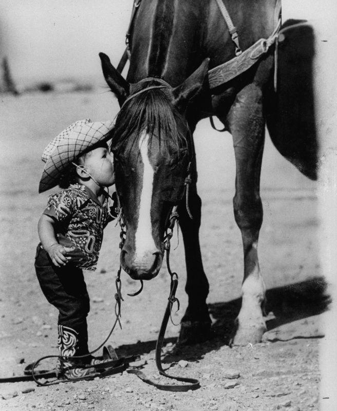 Jean Anne Evans, 14 month old Texas girl kissing her horse.    Jul 1, 1955