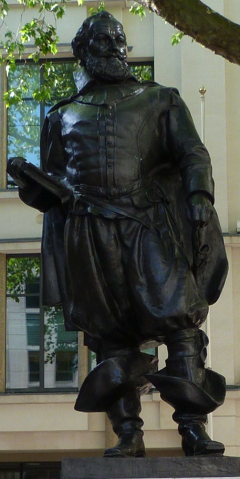 John Smith Cordwainer and adventurer-smith-statue-st-mary-le-bow.jpg (800×1595)