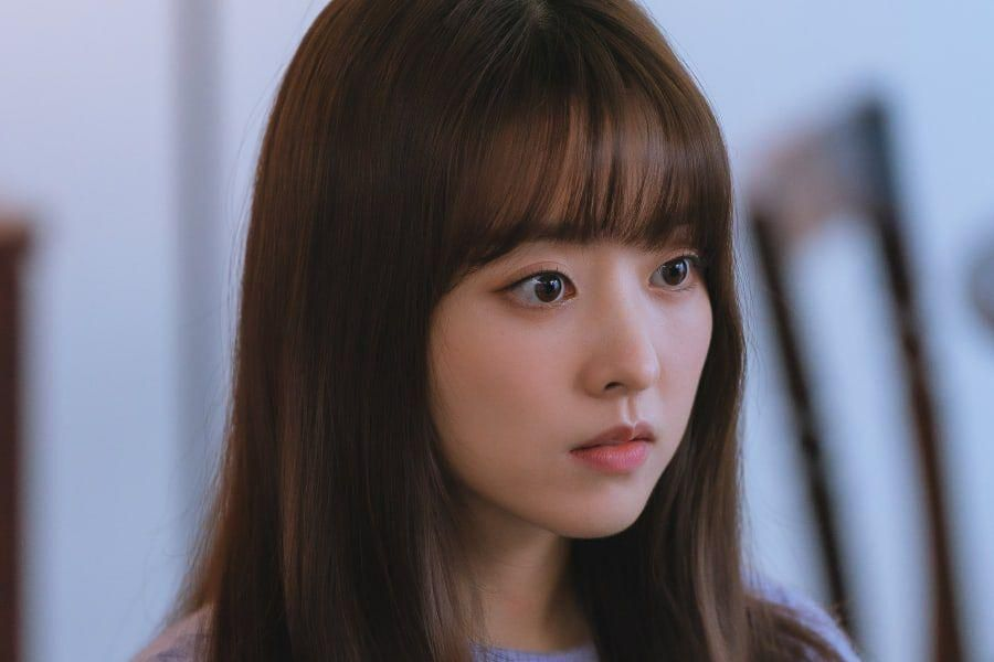 """Park Bo Young Struggles To Make It Through Tough Times In """"Doom At Your Service"""""""