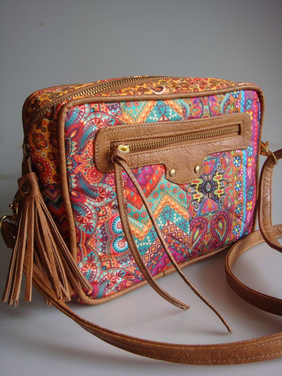 a56d51fc4 Bolsa feita de tecido de algodão e detalhes em couro ecológico. Alça  transversal