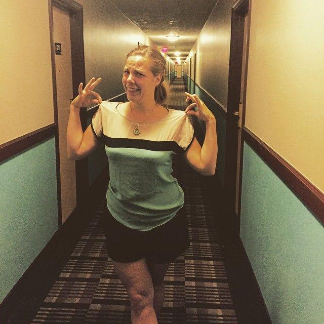 Hóspede descobriu que sua blusa tinha a mesma pintura do corredor de hotel