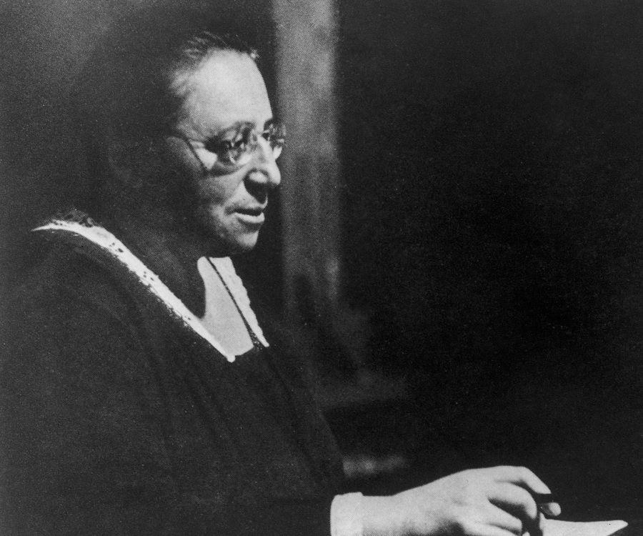 Amalie Emmy Noether podría considerarse como la mujer más importante en la historia de las matemáticas y así la consideraba Einstein. Nació en Alemania en 1882 y falleció en 1935 en EEUU,luego de ser expulsada por los nazis años antes. Ocupa un imprescindible lugar en el ámbito de las matemáticas,especialmente la física teórica y álgebra abstracta,con grandes avances en cuanto a las teorías de anillos,grupos y campos.Realizó unas 40 publicaciones ejemplares.