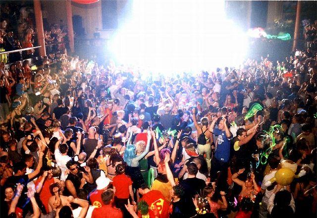 The Que Club - explodes | Clubbing days | Club, Glow sticks
