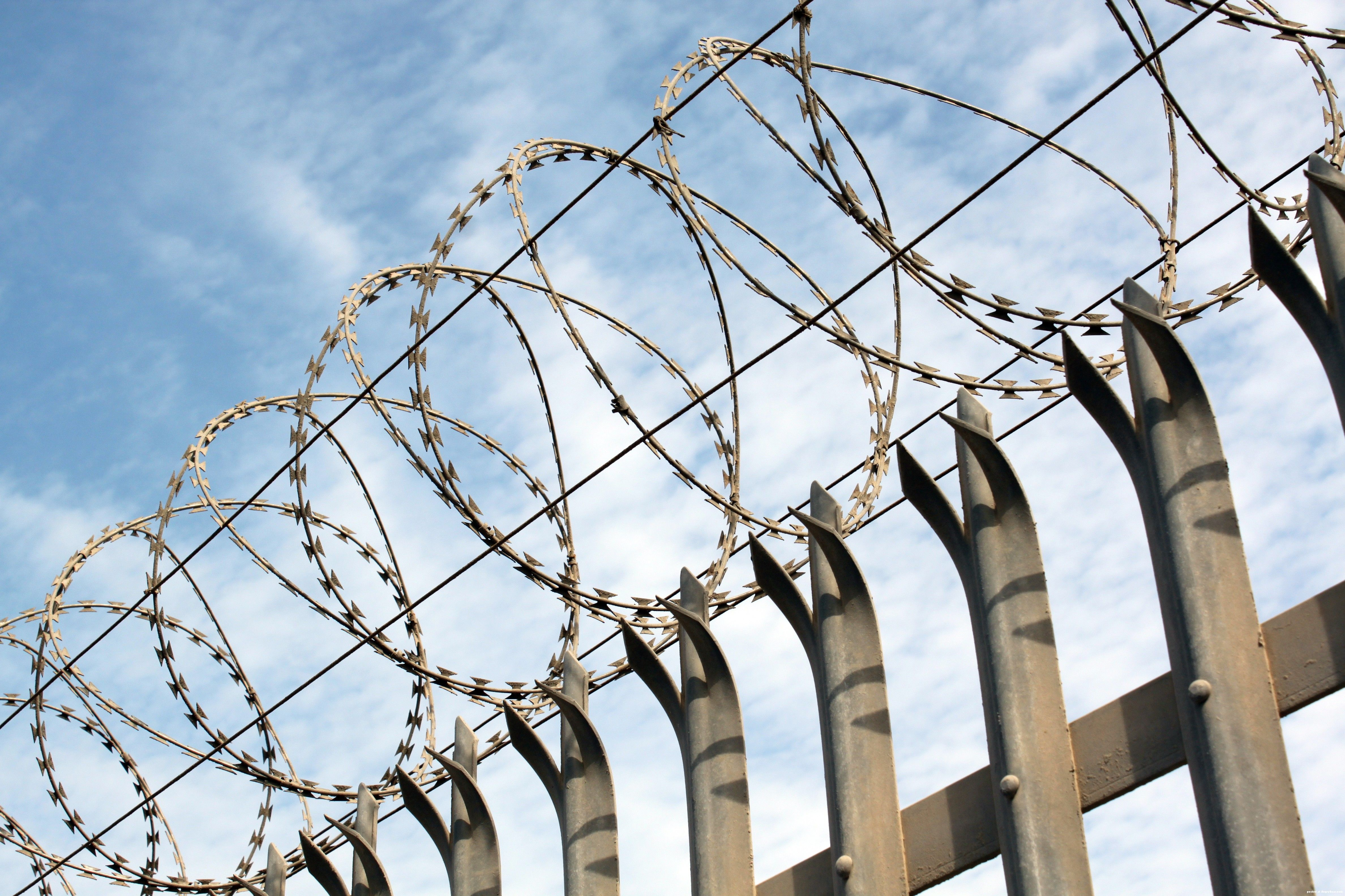 barbed_wire_on_fence_04.jpg (4752×3168) | qweek | Pinterest