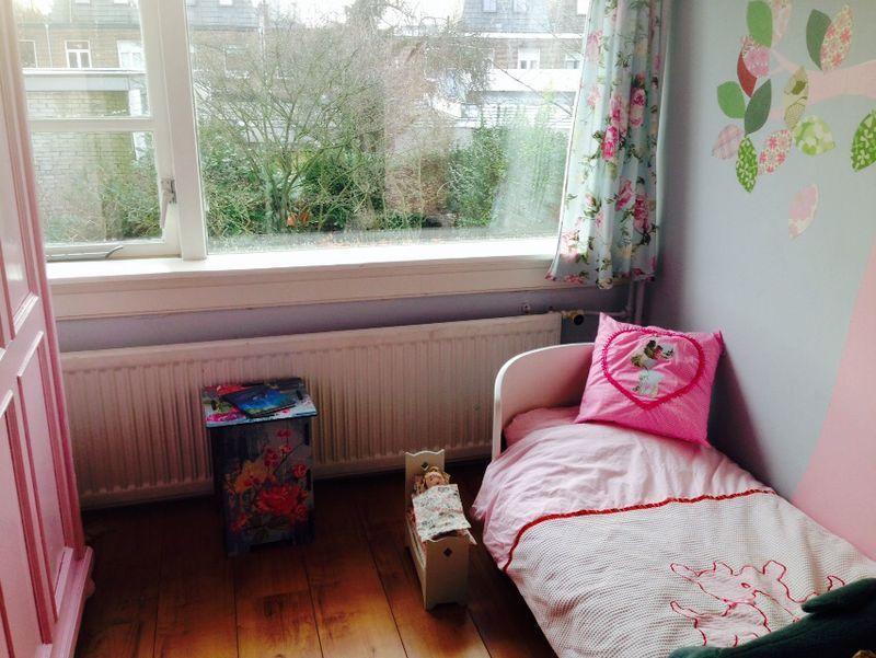 Kinderkamer van sofie. sofie is 7 jaar en gek op roze