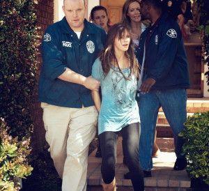 Nicki (Emma Watson) wird in Los Angeles verhaftet.