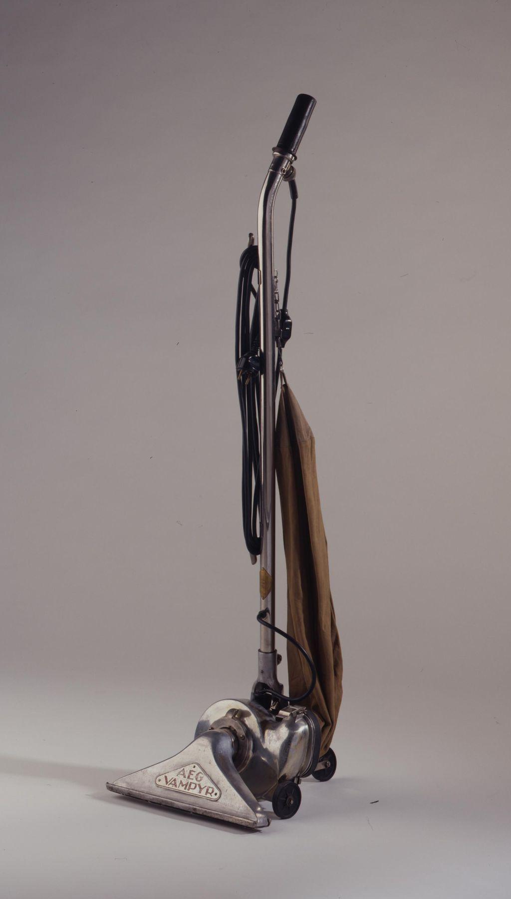 "Exponat: Technik: Stielstaubsauger ""AEG Vampyr"", 1929"