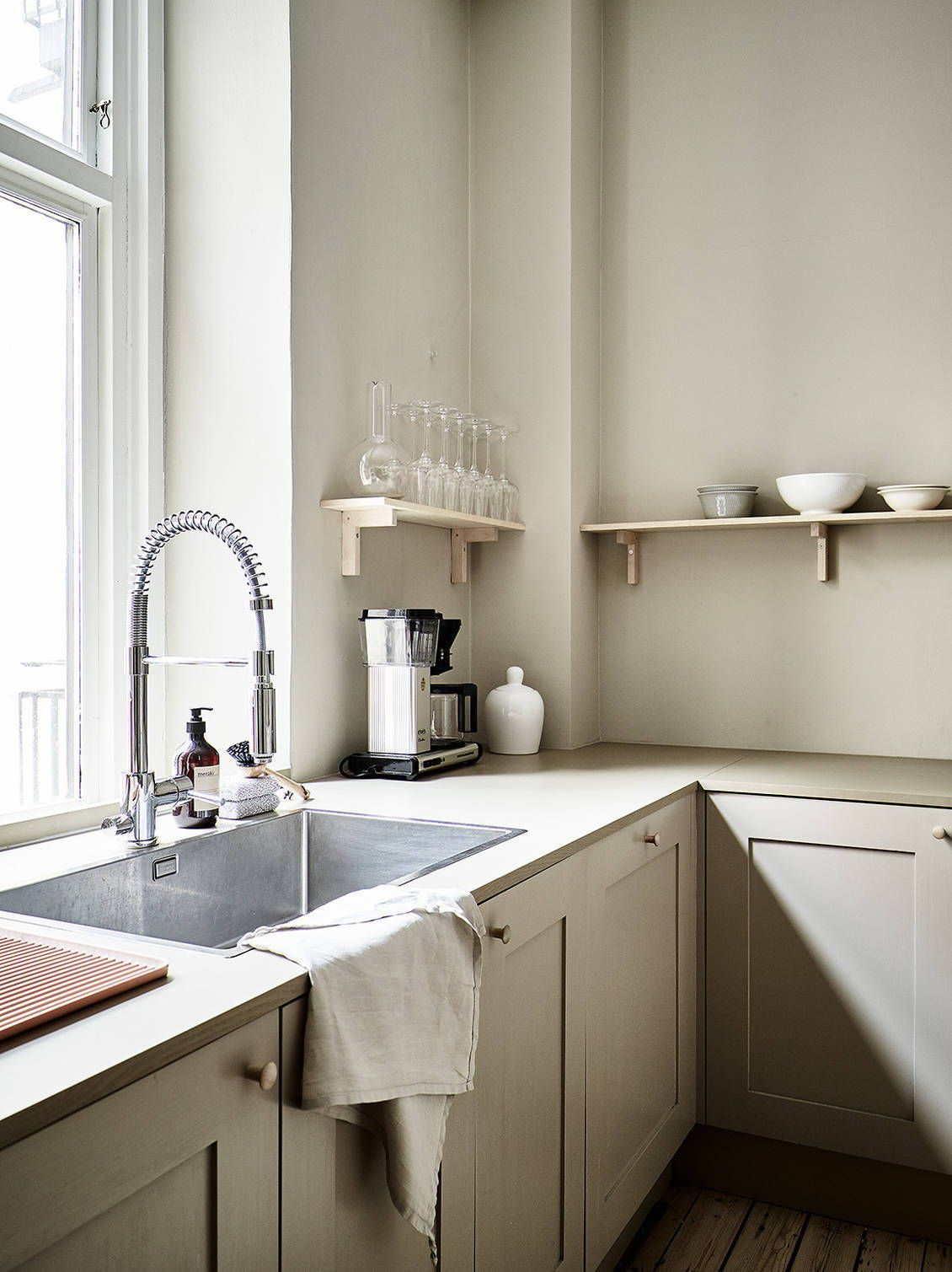 Beige minimalism in a turn of the century home  Aménagement