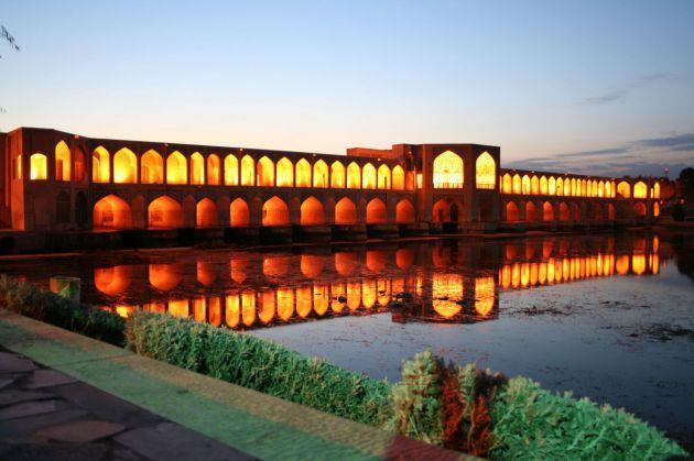 le pont Khaju émerge des eaux de la rivière Zayandeh rud, à Ispahan ...